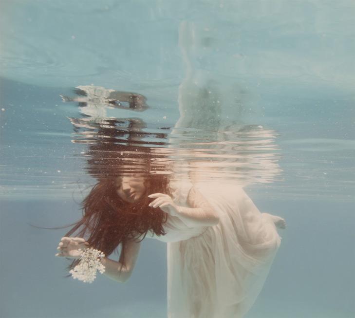 Une piscine, des papillons et la mer